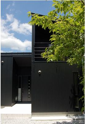 モノトーンにこだわるライフスタイル。精度の高い技術でつくり上げたシンプルモダン住宅。