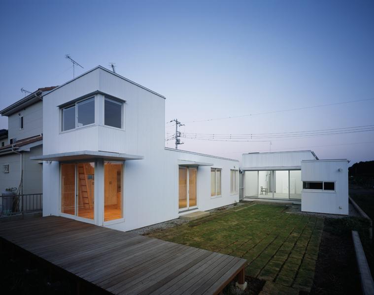 直線的デザインで囲まれたアトリエのある家