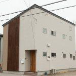 狭小敷地に建つ光と風の抜ける家