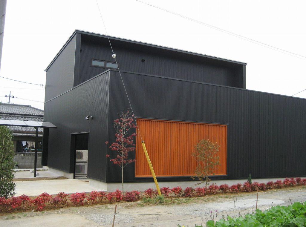 黒い外壁の家